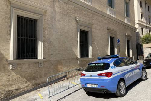 Ancona, lite in casa. Arriva la polizia: «Vi ammazzo uno per uno». Arrestato 47enne