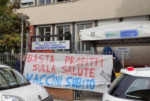 Vaccini e gestione pandemia,  anche a Senigallia la protesta dei centri sociali  Marche