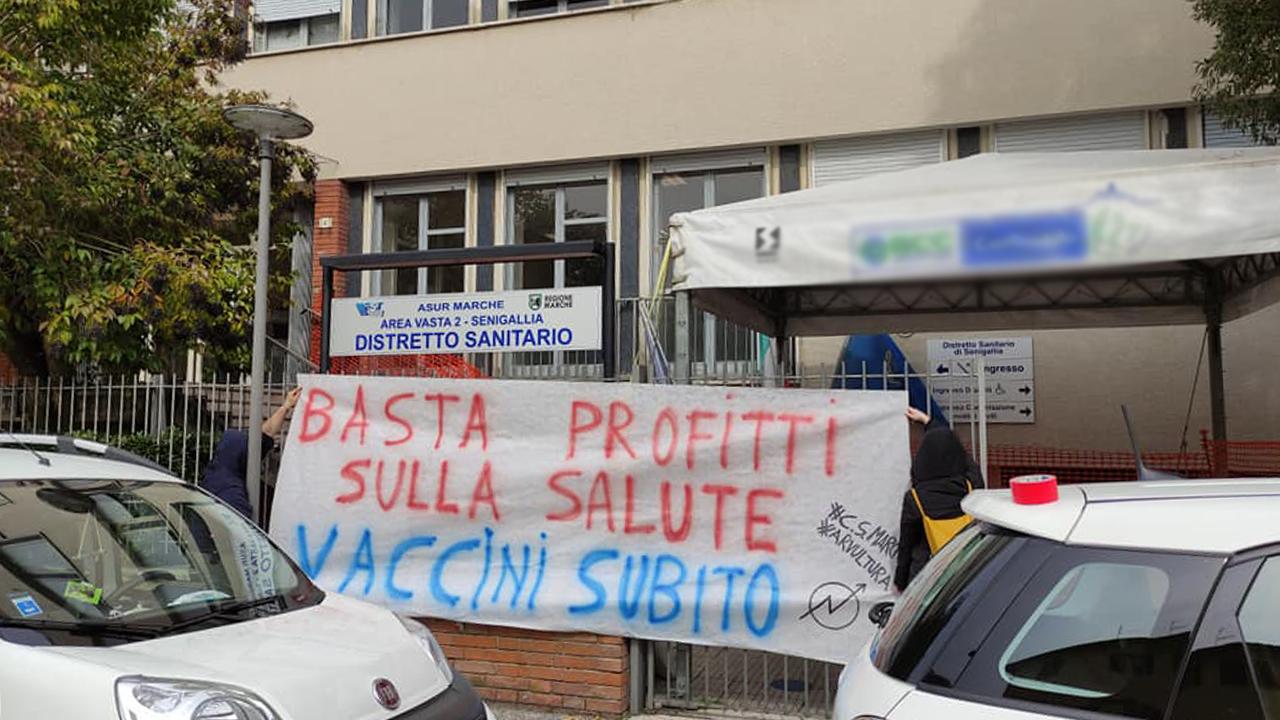 Vaccini e pandemia, anche all'Asur di Senigallia la protesta degli attivisti di Arvultùra e dei centri sociali delle Marche