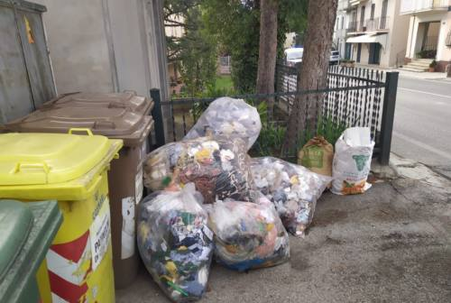 Monte San Giusto, lavandini e mobili abbandonati in strada: l'appello del sindaco