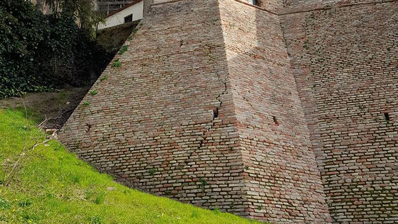 Crepe sulle storiche mura del paese a Serra de' Conti