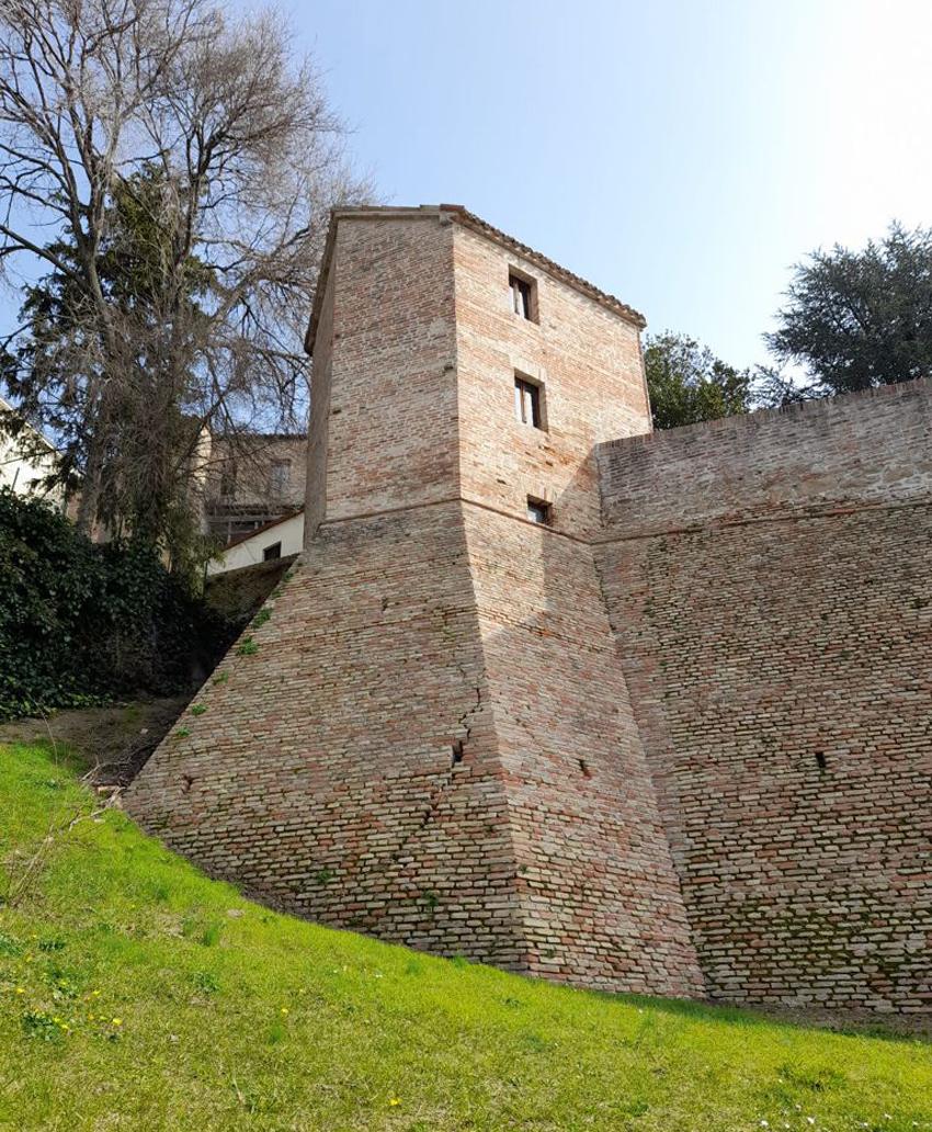 Crepe sulle storiche mura di Serra de' Conti