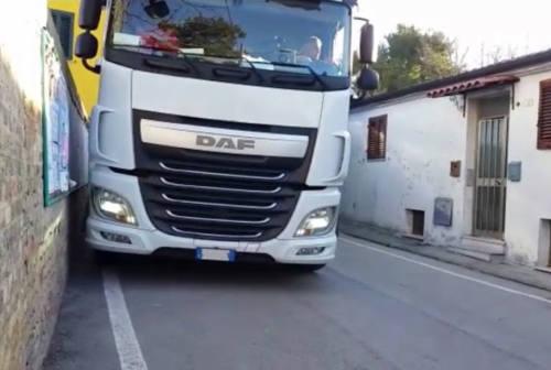Ancona, camion bloccato nella strettoia di Sappanico