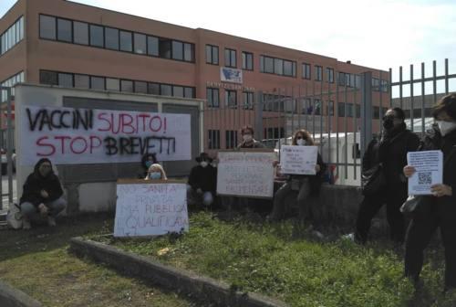 Ritardi sui vaccini, i centri sociali di Jesi in protesta davanti alla Asur