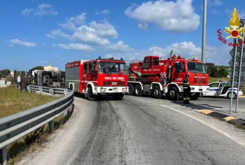 Chiaravalle: autotreno rovesciato alla rotatoria, disagi al traffico