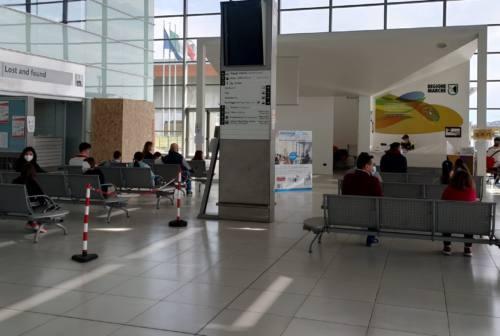 Tamponi in aeroporto agli studenti, operazioni al via. Servizio esteso alle materne, seconde e terze medie (FOTO)