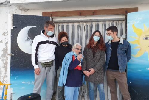 Ancona, a 86 anni Mirella realizza il sogno di incidere un cd: Arcopolis avvia la raccolta fondi. «Anziani custodi di storie» – VIDEO