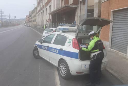 Ancona, straniero trova portafoglio pieno di soldi e lo restituisce