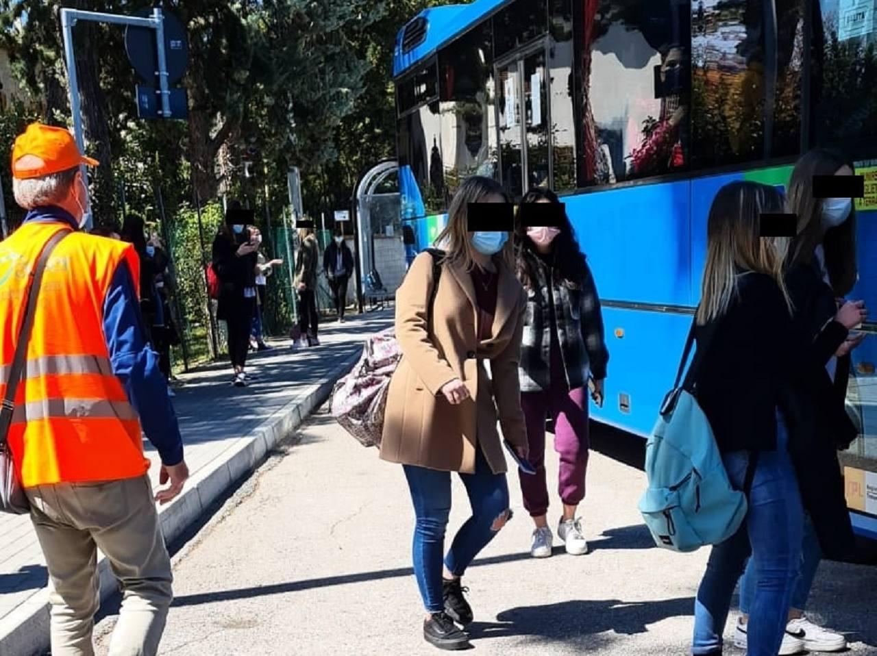 I controlli dei volontari fuori dalle scuole osimane