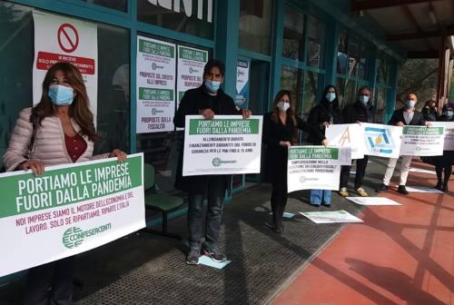 """«Stop a ristori umilianti»: la protesta """"simbolica"""" di Confesercenti Ascoli e Fermo"""
