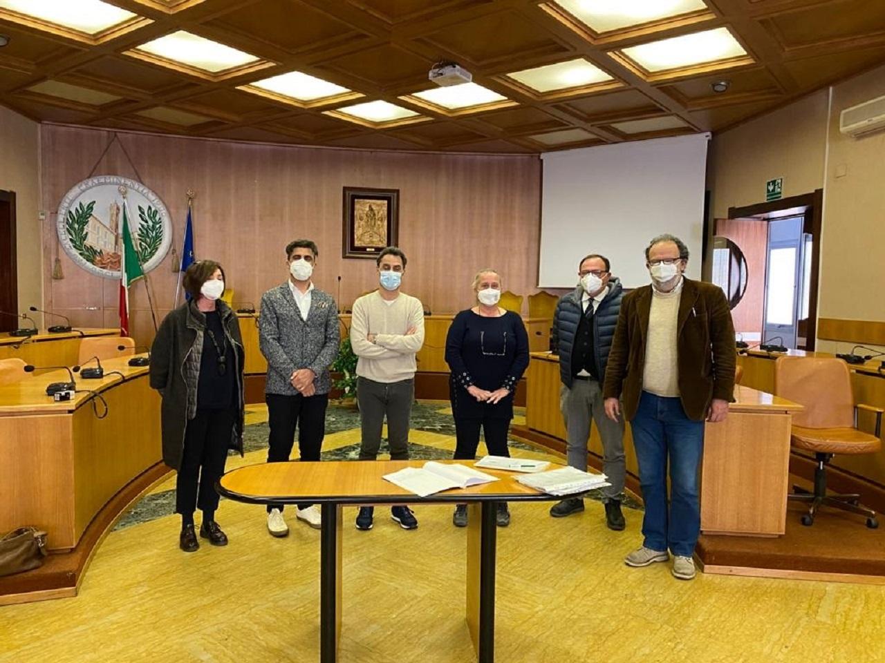 Sindaco e rappresentanti dell'alberghiero con il preside nella sala consiliare del Comune