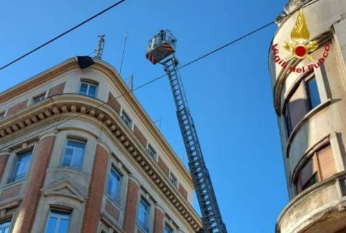Guaina si stacca dal tetto e rischia di finire sulla strada: intervento delle Fiamme Rosse nel centro di Ancona