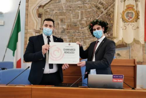 La discussione di laurea davanti ai propri cari: Gianmarco lo ha fatto in Comune a Pesaro