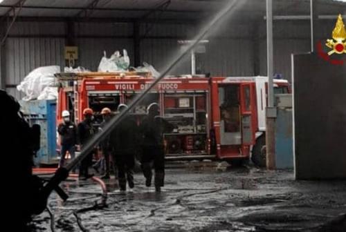 Fano, incendio di vaste proporzioni alla Profilglass: sul posto i vigili del fuoco e l'Arpam