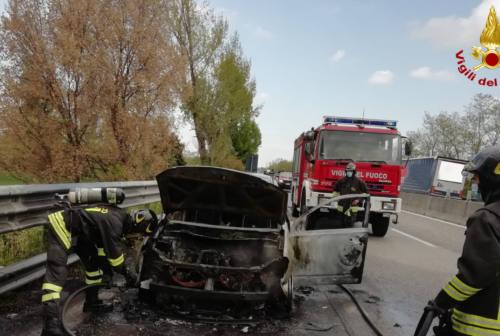 Auto in fiamme allo svincolo di Jesi centro, superstrada chiusa per 15 minuti