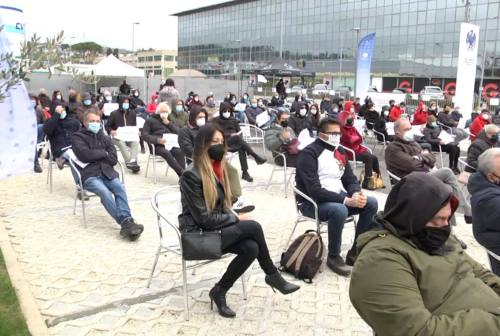 Ancona, ristoratori in piazza: «Il futuro non si chiude»