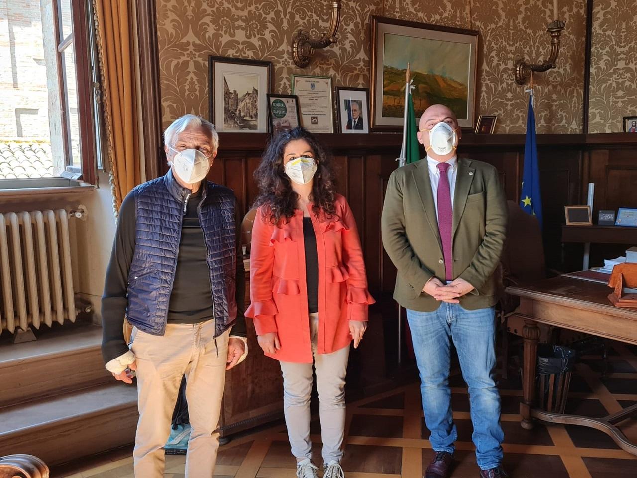 Da sinistra: il presidente della Asso Luigi Persiani, Lara Gabbanelli e il sindaco Simone Pugnaloni