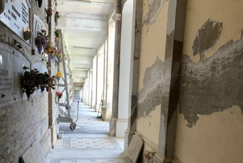 Macerata: «Sporcizia e degrado al cimitero, non c'è rispetto per i nostri defunti»