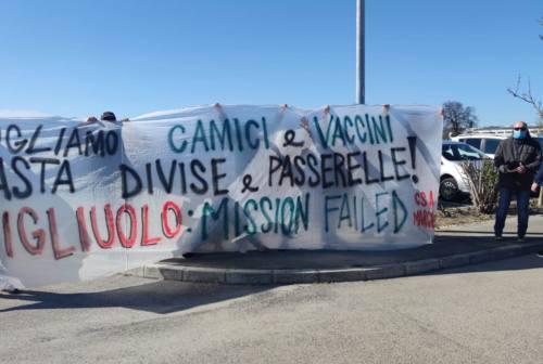 Macerata, protesta dei Centri sociali: «Vogliamo camici e vaccini, basta passerelle»