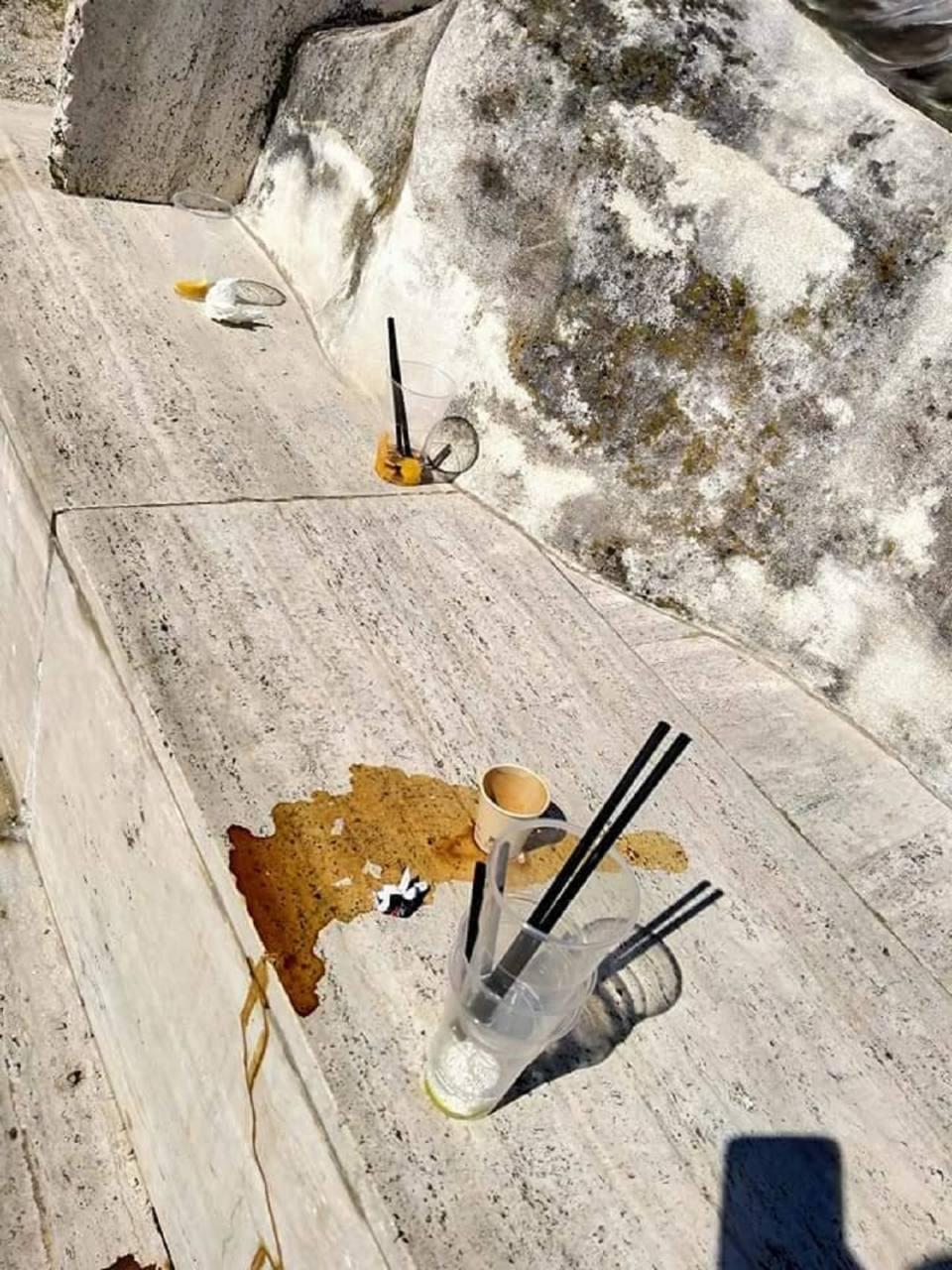 I rifiuti sul monumento a Castelfidardo