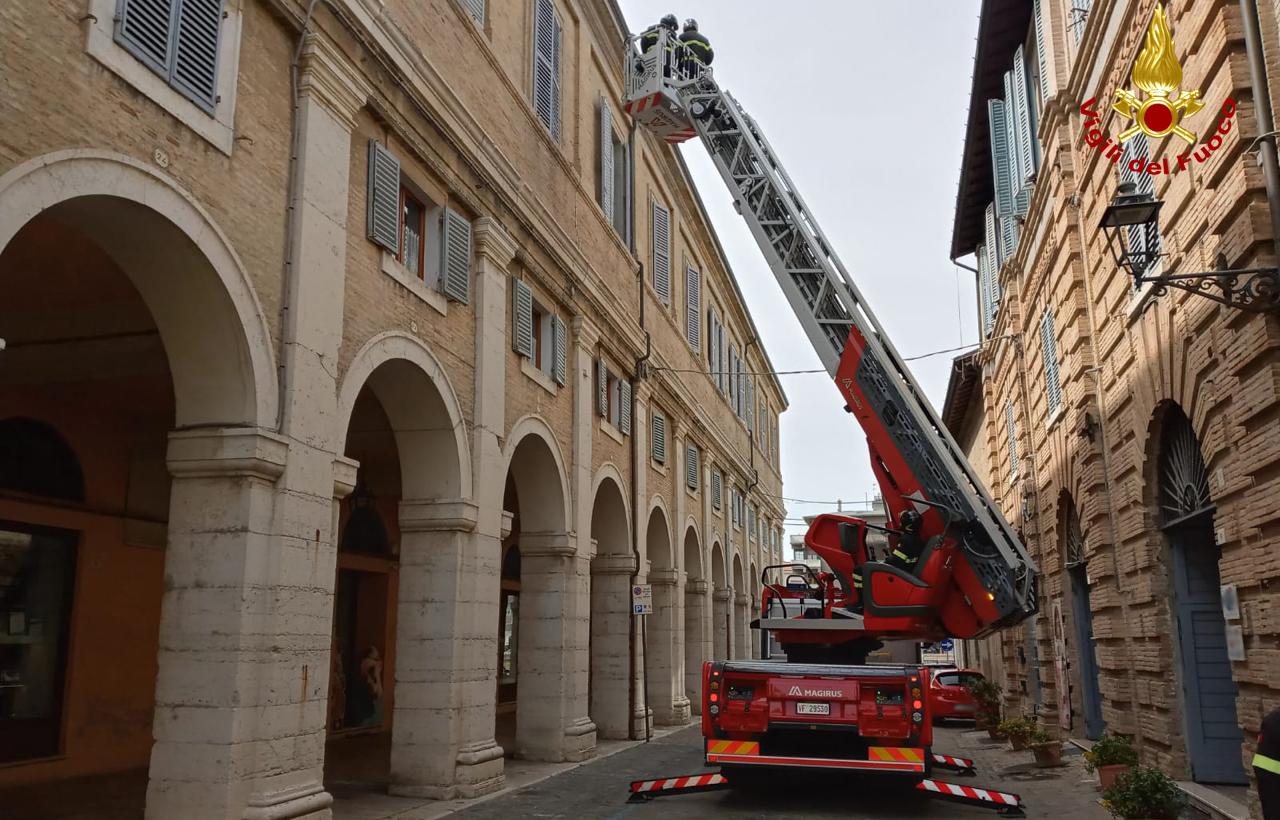 La rimozione da parte dei vigli del fuoco di alcuni materiali pericolanti sul palazzo della Filanda, a Senigallia