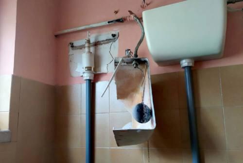 Tolentino, vandali alla scuola Grandi. Danni nei bagni e pavimenti allagati