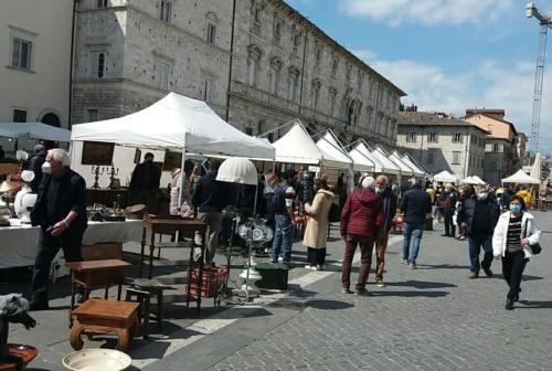 Ascoli, il mercatino dell'antiquariato torna ad animare il centro storico