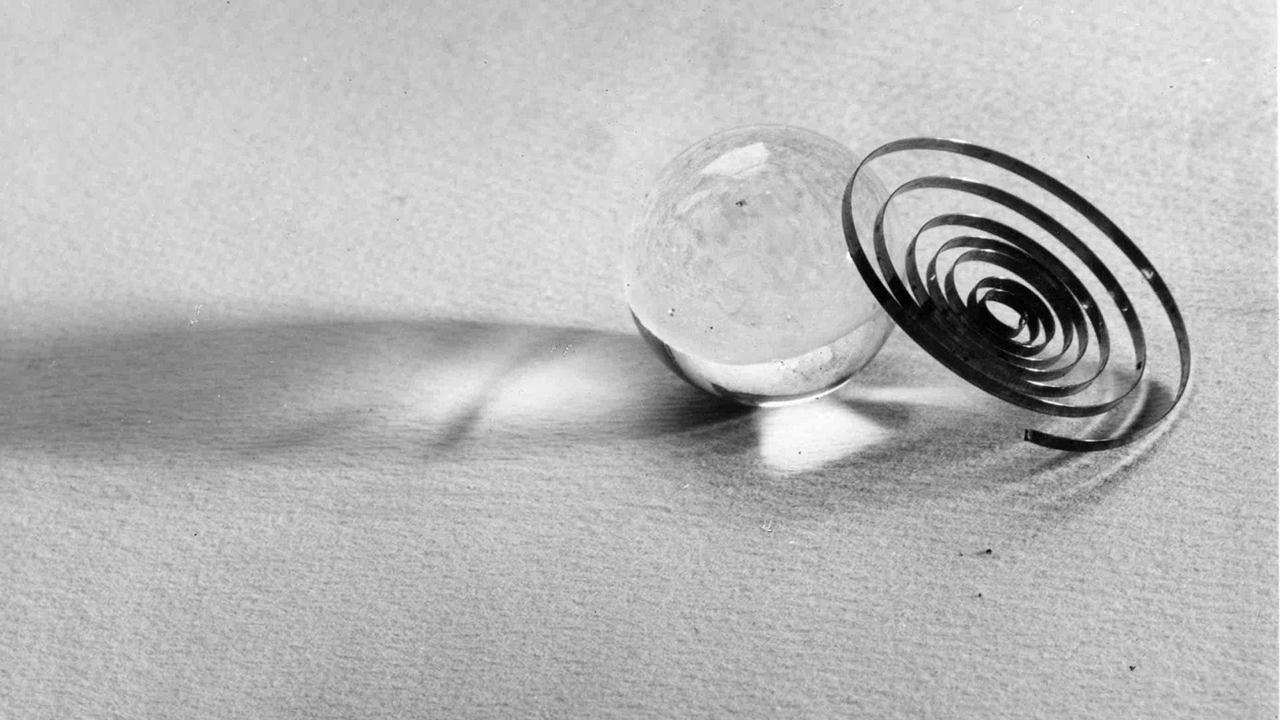 """Emanuele Cavalli, """"Boccia di vetro con spirale nera"""", 1936,  collezione privata, © Eredi Emanuele Cavalli"""
