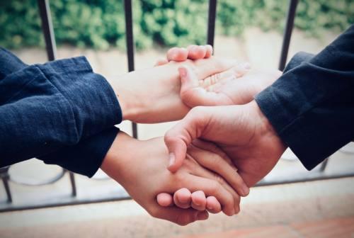 Gli aspetti oscuri della generosità: la riflessione della psicologa