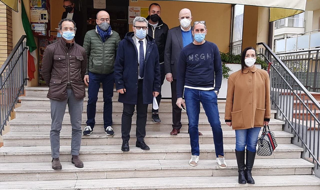 Sperimentazione a Senigallia: presso le tabaccherie sarà possibile avere dei certificati anagrafici. La giunta e un esercente