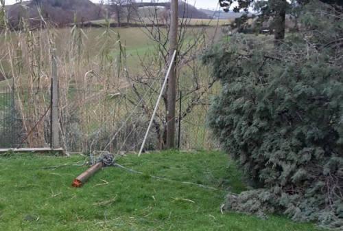 Cingoli, cavi telefonici finiscono in un cortile. Il proprietario: «Tre mesi di inutili segnalazioni»