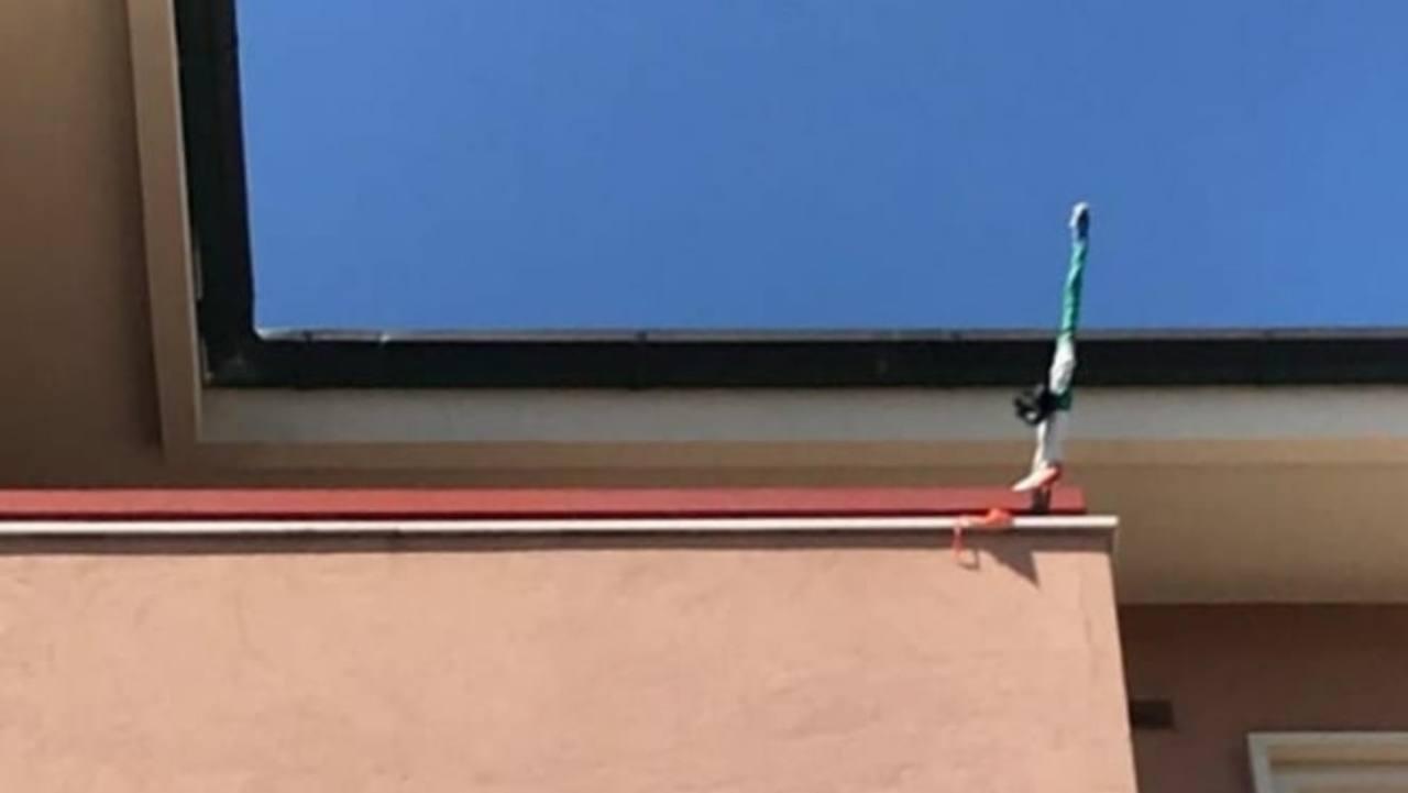 il drappo nero avvolge il tricolore esposto dal consigliere di Fratelli d'Italia Massimo Montesi
