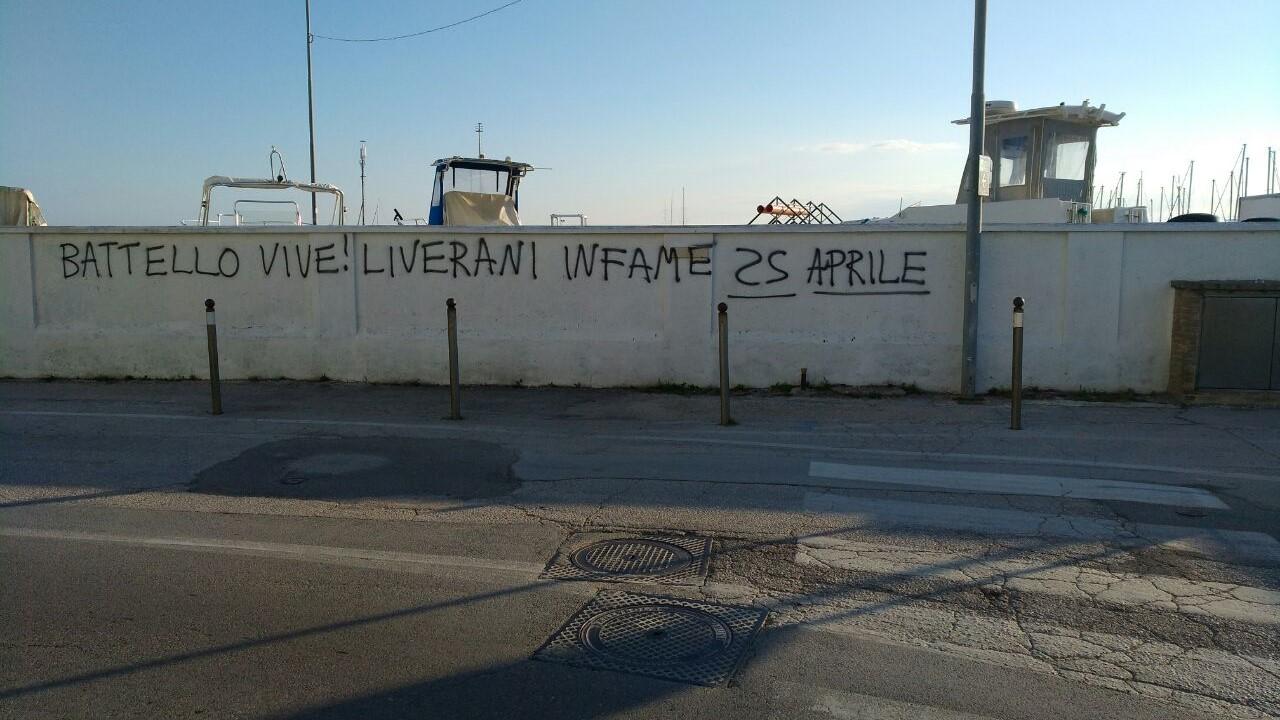 Una delle scritte contro tre consiglieri comunali di Fratelli d'Italia apparse nella notte a Senigallia