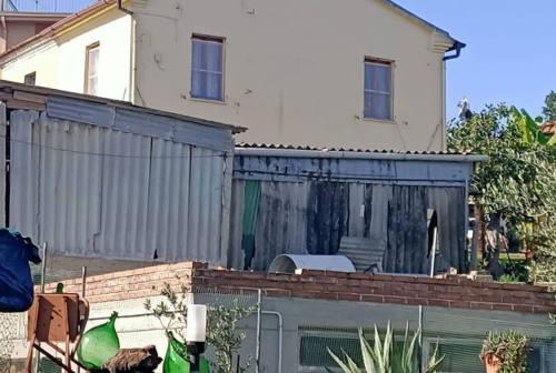Manufatti in amianto a Senigallia: passano i mesi ma sono ancora là