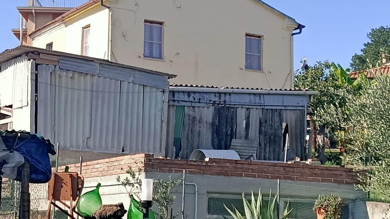 I manufatti in amianto nella zona di Roncitelli segnalati a ottobre 2020 alle autorità politiche e sanitarie di Senigallia dall'associazione lotta all'amianto