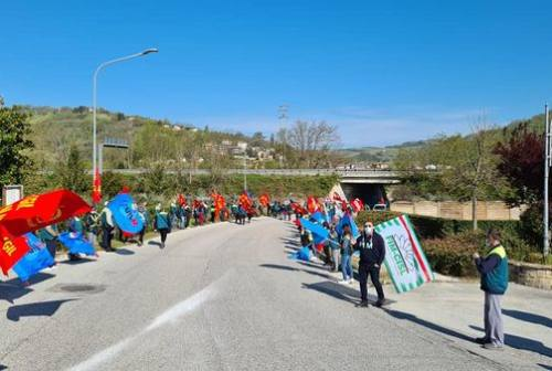 Fabriano, vertenza Elica: gli operai scioperano e bloccano la strada. Sindacati e Regione al Mise