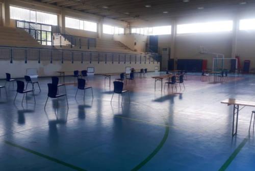 Castelleone, il palasport diventa centro vaccinale per un giorno: è polemica