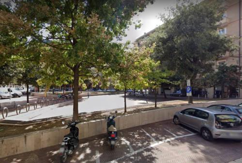 Pesaro, aggressioni e minacce in piazza Redi: la baby gang non si ferma. E scatta la raccolta firme