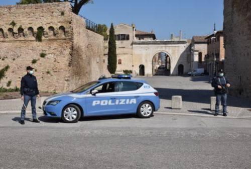 Fano, minore gira in centro con un coltello a serramanico: denunciato dalla Polizia