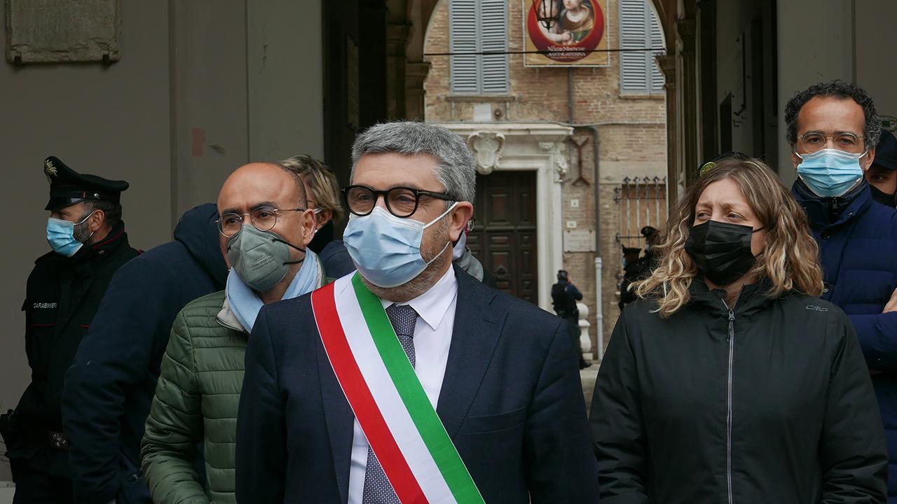 Il sindaco Olivetti e i componenti della giunta in piazza Roma per dialogare con i manifestanti