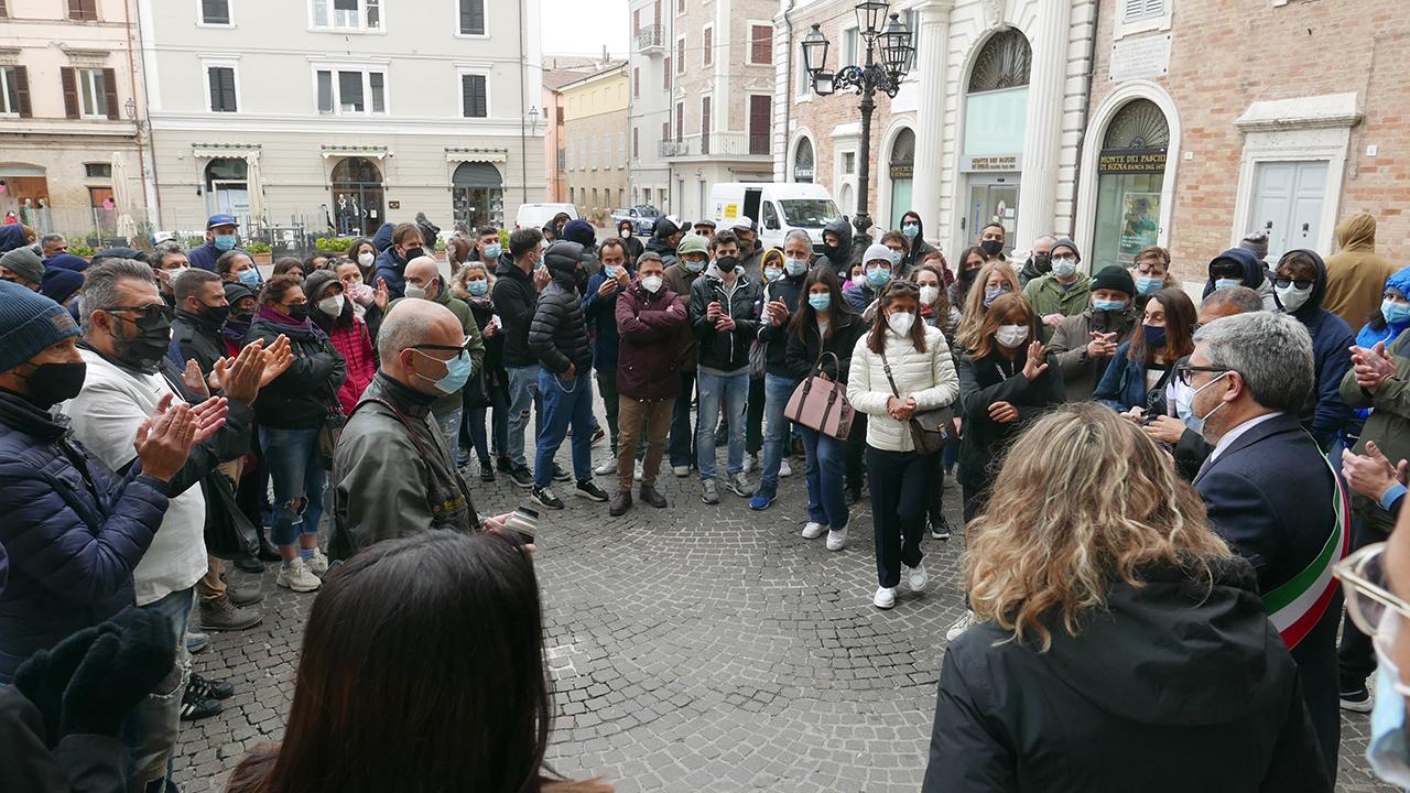 L'intervento del sindaco Olivetti davanti agli imprenditori in piazza a Senigallia