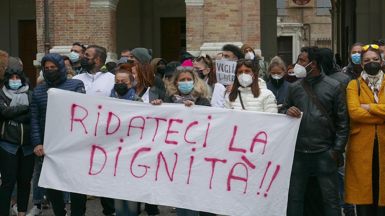 La protesta di ristoratori e imprenditori in piazza Roma a Senigallia