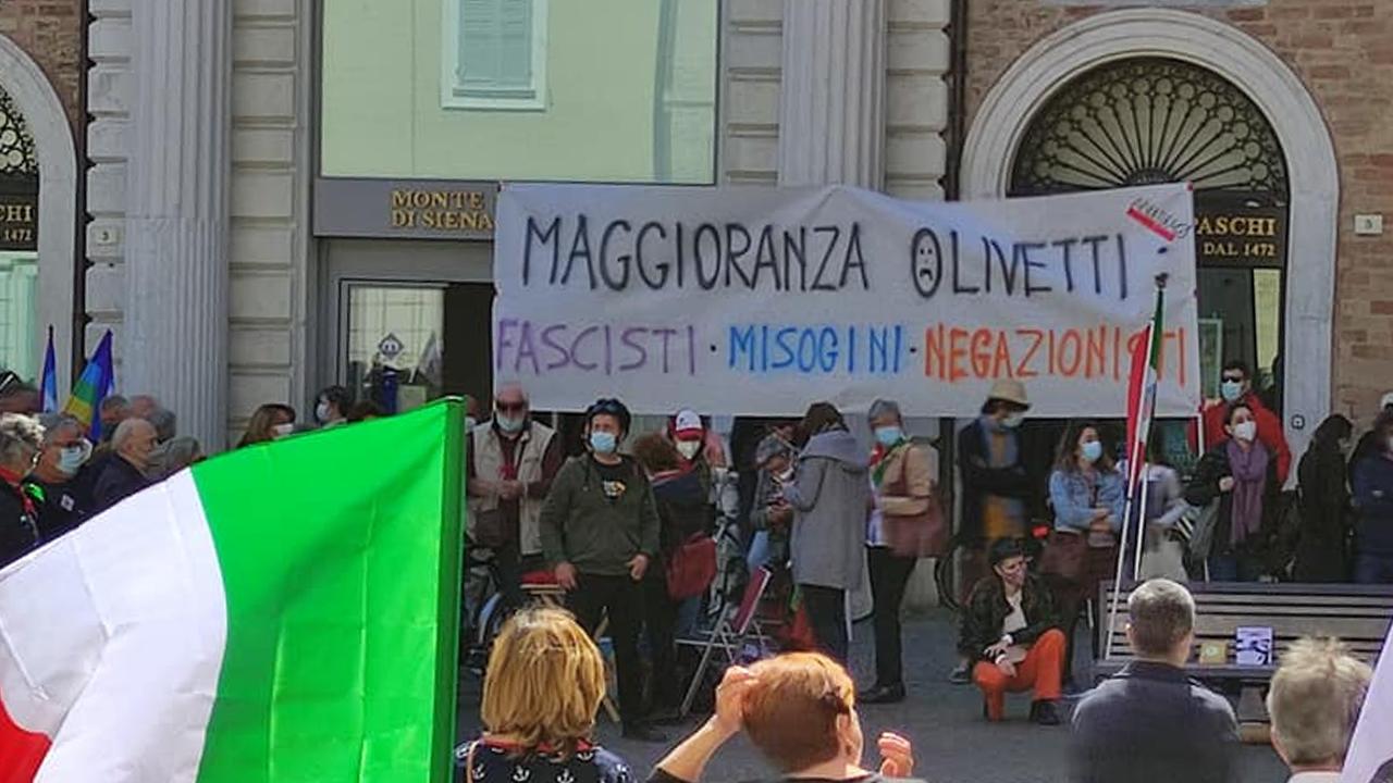 Lo striscione contro le forze di maggioranza esposto in piazza Roma, a Senigallia il 25 aprile 2021