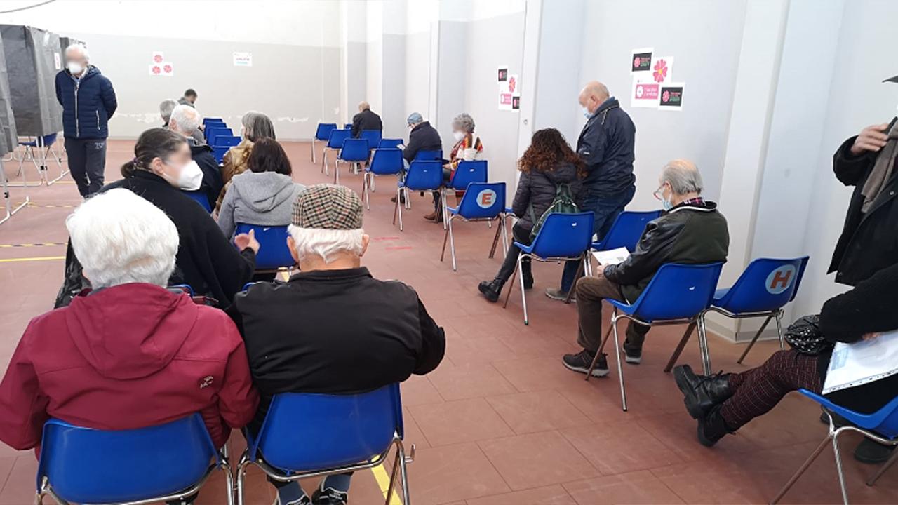 Le persone in attesa dopo la somministrazione dei vaccini al distaccamento dei Vigili del fuoco di Senigallia