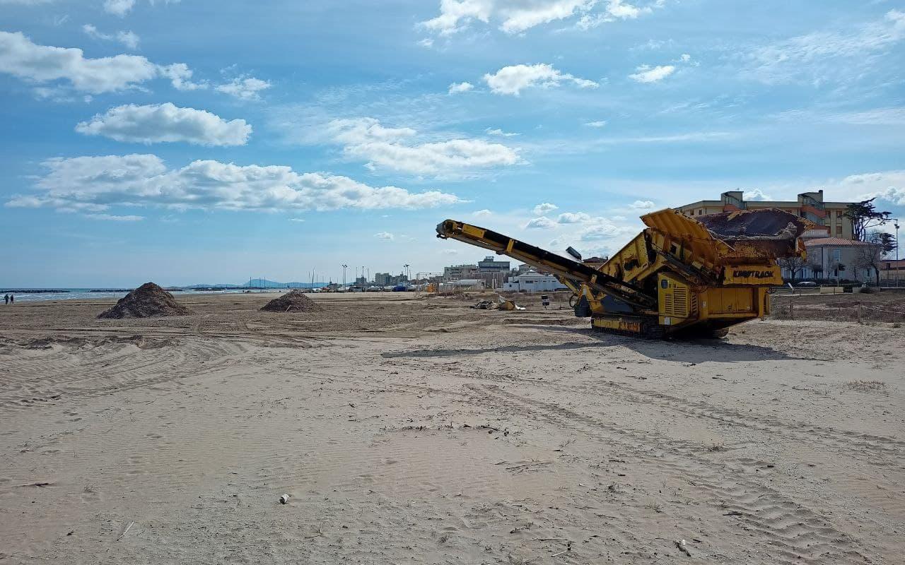 Partiti i lavori per rifare il look alla spiaggia di velluto di Senigallia, setacciati i detriti con il vagliatore