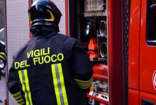 Schianto frontale a Civitanova, auto prende fuoco. Ferita una persona