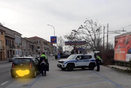 "Falconara, seduta in strada per i clienti: multata prostituta ""fuori casa senza motivo valido"""
