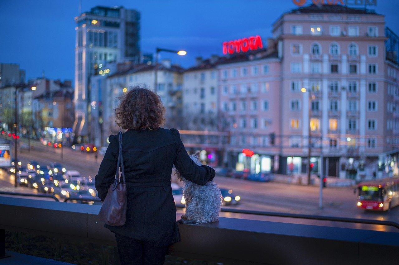 donna da sola di notte