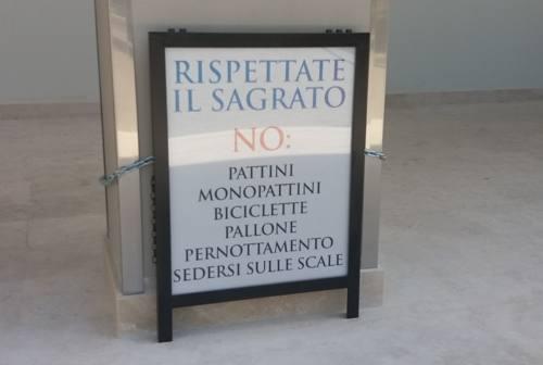 Ascoli, cartellone sul sagrato di Santa Maria Goretti scatena le proteste dei parrocchiani – VIDEO