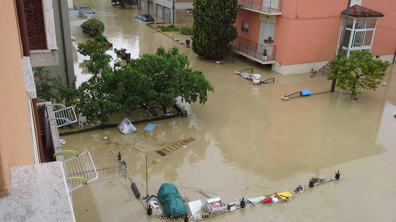Le strade di Senigallia invase da acqua e fango durante l'alluvione del 3 maggio 2014